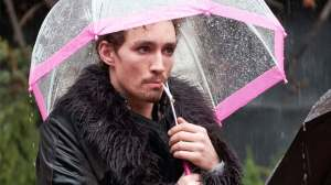 Klaus-Robert-Sheehan-Umbrella-Academy-Netflix